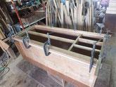 削り付けた胴縁、棚板に新しい桐を貼り付けます。