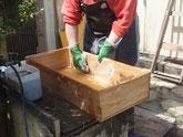昇り、開桐たんすの引出他を荒洗いして洗剤で洗い天日干ししました。