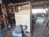 もう一方の時代箪笥の新しい前板を枠に仕込んでいます。