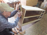 胴縁、棚板に貼り付けた桐が乾いたので側板の鉋がけを始めました。