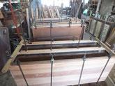 上下二段の胴縁、棚板に鉋がけをして雪駄面を作り板貼り完了です。