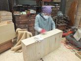 ヤシャ仕上げの終わった引出の面にロウをこすって表面加工をします。