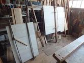 剥がした裏板の再利用は不可能の為、新しい桐板を作り貼ります。