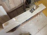 引出前面に新しく貼った桐柾を削り付けています。