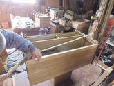胴縁を削り付け新しい桐板を張り付けています。
