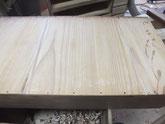引出底板の割れに埋め木を入れふさぐ修理です。