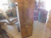 桐タンス本体側板の剥がれに木を埋めて割れ修理をします。