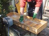 桐たんすの表面の砥の粉を洗い落とし洗剤で洗います。