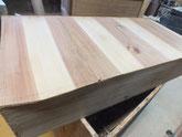 引出底板の割れに埋め木をして修理します。