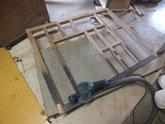 分解した前面枠をサンダーで汚れを落とします。