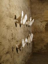 In Memoriam, 2011, Rauminstallation, 4 Paar abgeformte Füße,  Keramikguss