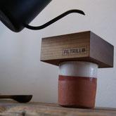 Gooseneck Kanne über Kaffeefilter aus Holz auf Tontasse.