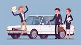 Mann springt in die Luft und freut sich über ein gekauftes Auto