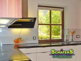 Küchenrückwände aus Glas statt Fliesen, lassen sich viel besser putzen und sind ein tolles Designobjekt, da bedruckbar.