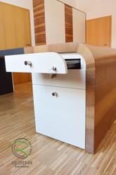 Bürocontainer mit Schreitischeinsatz für Bürountensilien, weiß lackiert u. Nussbaum furniert mit Radius-Formverleimung am Schreibtisch, abschließbar