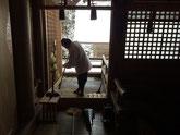 本殿の勾欄縁の清掃(宮人夫)