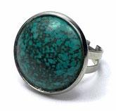 photo d'une bague ronde de profil en laiton argenté et pierre de gemme turquoise
