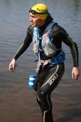 "André in ""Swimrun-Kampfmontur"" am Heiligen See in Potsdam beim ersten Swimrun-Gehversuchen."