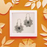 Handarbeit und fair gehandelt: Ohrringe 'Flower Mandala', Messing versilbert
