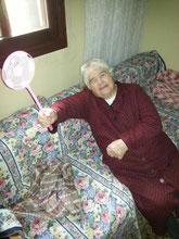 Oma Antigoni mit einer Fliegenklatsche in der Hand - die Namensgeberin unseres Shops