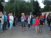 Die Besucher schauen begeistert dem Ausfliegen der Fledermäuse zu (Foto: Gudrun Edner)