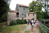 le moulin de Rambourg et des touristes