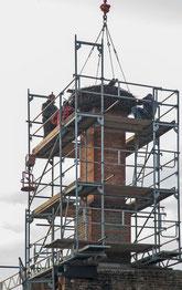 Am 14.10.2013 schwebt der gesäuberte Horst wieder auf dem neuen Schornsteinkopf