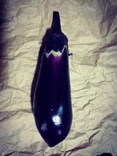 【えんぴつ茄子】新潟県白根市笠巻地区の品種です。地元では小ナスで利用されていますが、大きくなっても美味しいです。高温期に入ると色が赤紫色に。野口種苗さんで種子の取り扱いあります。