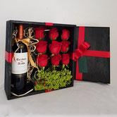 Botella de vino tinto merlot o cabernet 750 ml , osito de peluche, arreglo con flores de gerberas y fucsia en florero de vidrio.