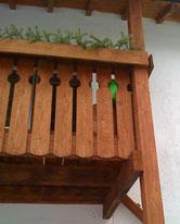 Balkon aus Holz mit Blumenkasten