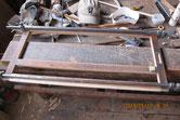 引き戸が無理に使ってある為、エグレているので足し木修理です。