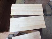 桐たんすの引出前板に柾板を貼り上が荒板のままで下が粗削りの状態です。