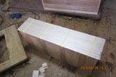 仕込み終えた引出前板に新しく作った桐柾板を貼ります。