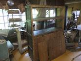 犬山市より修理依頼を受けた水屋戸棚の分解が始まりました。棚板、裏板の剥がしが終わりました。