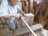 新しく作った前板に引出本体を取りつける作業です。
