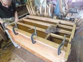 修理過程の胴縁、棚板に新しく作った桐板を貼る修理をしています。