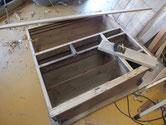 裏板の交換手売りが終わり、前面の胴縁、棚板の設置面を作っています>設置面を作っています。