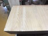 箪笥引き出しの裏板の割れに埋め木をしてすき間を修理します。