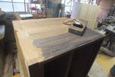 本体側板の汚れた面を鉋をかけ木地を出します。
