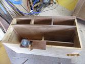 欠け修理を終えた胴縁、棚板に鉋をかけます。