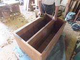 箪笥前面の胴縁、棚板の表面の塗料を鉋をかけ木地を出しました。