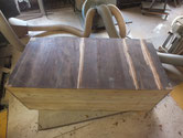 本体の裏板割れに埋め木修理をして汚れを取ります。
