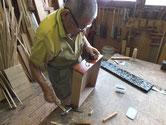 水屋戸棚の引出に磨き黒塗りした金物を打ち引出の完成です。