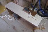柾板を貼り終えた前面を鉋化をかけ仕上げます。