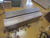 洗い終えて乾燥させ底板の割れを直し前板を鉋がけします。