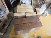 帳場箪笥の引出全面を鉋がけして木地調整します。