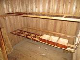 引き戸の柿渋塗りと引出の前面に漆を塗り始めました。