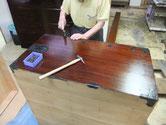 この箪笥は横金物が多く打って有り、親父と私で分けて打っています。