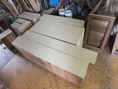 カルカヤをかけた前板に砥の粉を塗り素早く乾燥させます。