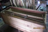 箪笥本体の胴縁、棚板の欅材が剥がれているため付け直し修理をします。
